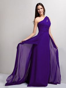 Latest Ruched Eggplant Purple One Shoulder Prom Gown with Court Train
