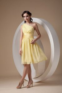Lovely Yellow One Shoulder Knee-length Ruched Dresses for Formal Prom