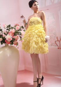 Lovely Yellow Strapless Knee-length Junior Prom Dresses with Ruffles
