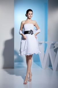 Strapless White Pleated Short Prom Outfits with Black Handmade Flower