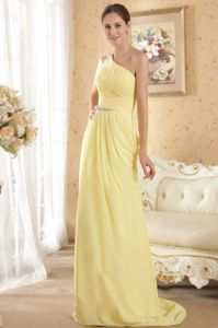 One Shoulder Yellow Beaded Ruched Prom Attire with Brush Train in Dallas