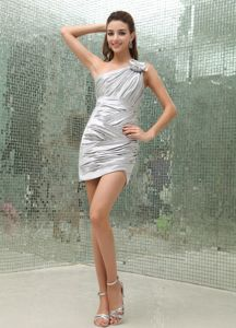 One Shoulder Ruched Mini Silver Prom Outfits with Handmade Flower Online