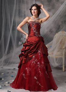 Elegant Burgundy Strapless Long Prom Dresses with Appliques and Pick-ups
